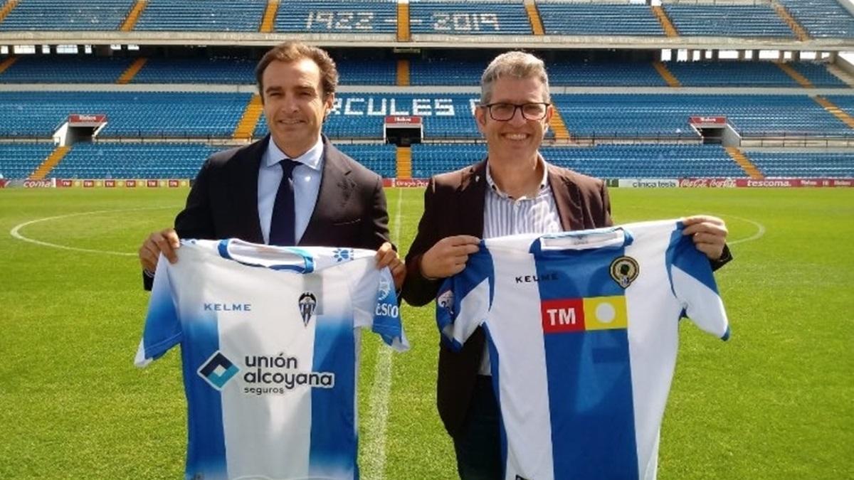 Los presidentes de ambos clubs intercambiando sus camisetas
