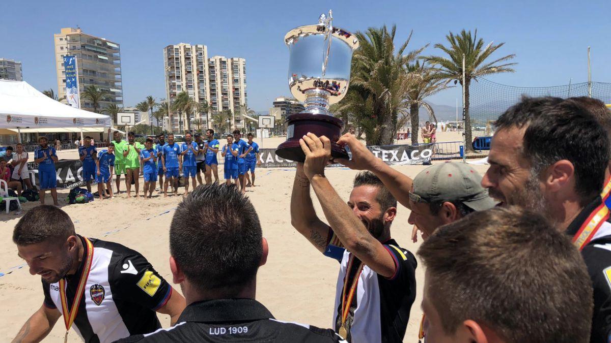 Capitán LUD Fútbol Playa con la Copa RFEF