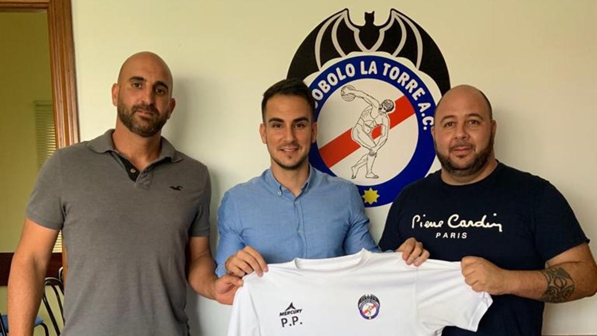 Pedro y Fran posan con la camiseta del Discóbolo-La Torre