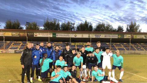 El Guadalajara con el Trofeo Rosa del Azafrán conquistado en La Solana. CF La Solana