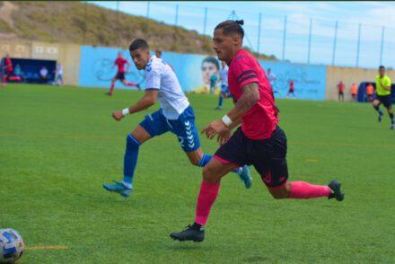 Aythami Álvarez defiende a un jugador del San Fernando.