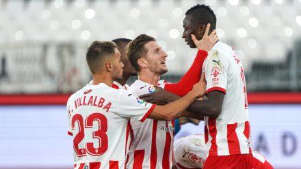 Jugadores del Almería celebran un tanto de Sadiq. / Foto: UD Almería.