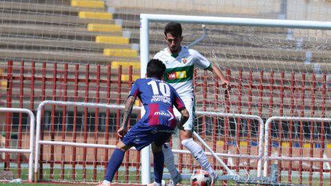 El defensor de la UD Alzira intenta frenar la internada del jugador del Elche Ilicitano.