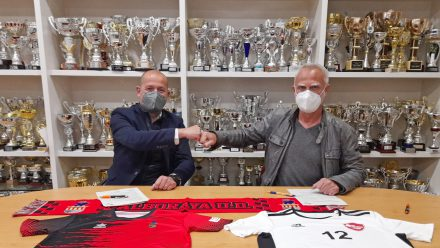 Lars Böcking, presidente de la Fundación Kick Out Plastic, y Xema Soler, presidente del Alboraya UD.