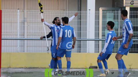 Jugadores Recambios Colón celebrando un gol