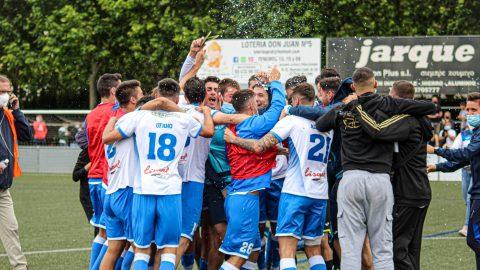 Los jugadores del AE Prat celebran la permanencia