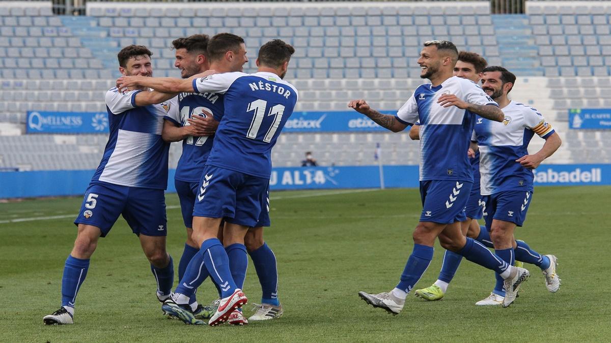 Los jugadores del CE Sabadell, celebrando el gol