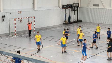 Niños y niñas practicando el balonmano en Denia.