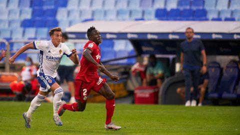 Baselga corre a por el balón con Djené