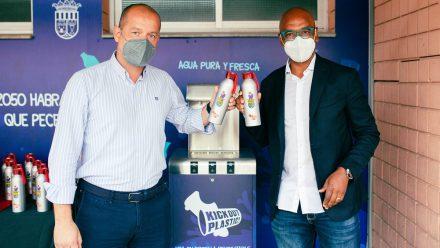 Dispensador en las instalaciones del Alboraya y botellas reutilizables.