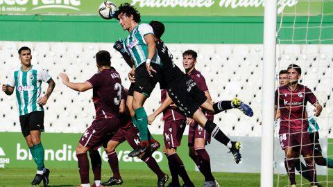 Jugador Rayo Cantabria disputa el balón