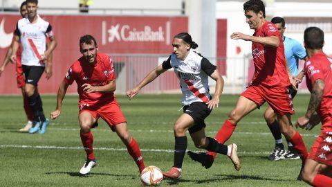 Jugador Sevilla Atlético conduce balón