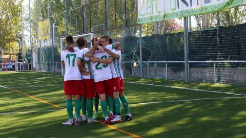 Jugadores CF Trival Valderas celebran gol
