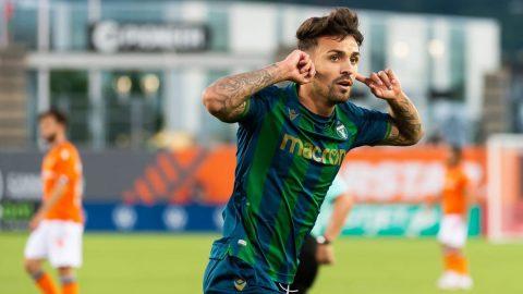 Álvaro Rivero celebra un gol
