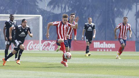 Marc Tenas controla balón partido Atleti B