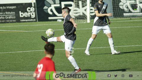Jugador SC Requena controla el balón