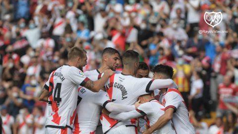 Los jugadores del Rayo celebran el gol del empate.