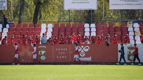 Jugadores RSD Alcalá saludan afición